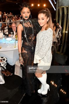 Recording artists Rihanna and Ariana Grande backstage at the 2014 iHeartRadio Music Awards held at The Shrine Auditorium on May 2014 in Los Angeles, California. iHeartRadio Music Awards are being. Get premium, high resolution news photos at Getty Images Ariana Grande Cute, Ariana Grande Photos, Ariana Grande 2014, Cat Valentine, Estilo Rihanna, Superstar, Teen Photo, Star Wars, Poses