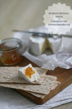 Zartes Rosmarin-Meersalz Knäcke mit Camembert und Aprikosenmarmelade