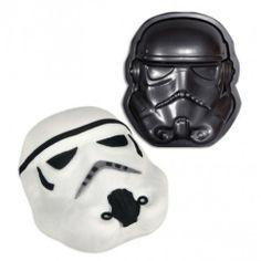 Moule à Gâteau Stormtrooper Si vous voulez faire un gâteau Star Wars hyper réaliste, ce moule à gâteau Stormtrooper est fait pour vous ! Que ce soit pour une fête à thème ou l'anniversaire d'un(e) geek, ce moule vous permettra de reproduire parfaitement le casque d'un soldat de l'Empire galactique.