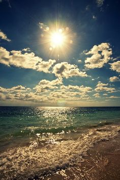 El sol le saca brillo al Mar Caribe  en las costas de Cancún regalando paisajes maravillosos para disfrutar en vacaciones.
