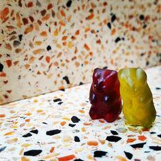 Des #oursons en gélatines ce sont perdus au milieu de notre #terrazzo ! Ne sont-il pas mignons nos deux #bonbons ?   http://www.propose-paris.com/