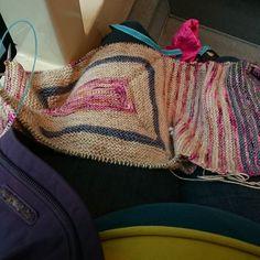 En route pour la visite mensuelle et en profiter pour tricoter un peu plus de #littlemore // Commuting to the midwife's and knitting a little more of #littlemore... ;) #knittersofinstagram by meyabulle