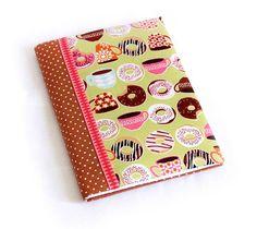 Caderno de receitas encapado com tecido, medindo 21 x 15 cm, com 96 páginas.