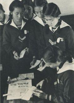 昭和19年(1944)衣料切符の返納手続きをする女学生。戦前~戦後のレトロ写真(@oldpicture1900)さん | Twitter