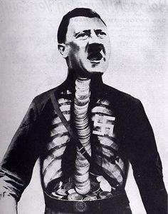 John Heartfield, Adolfo il superuomo ingoia oro e suona flaso, 1932.