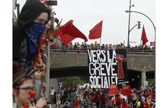 """""""Toward a social strike"""" - Quebec protest May 22, 2012 (honorary '68)"""