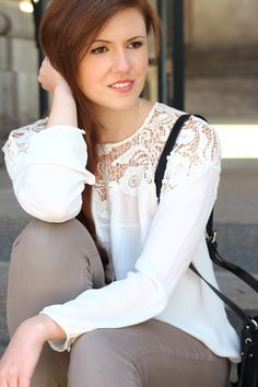 Spring outfit | Spring look | Fashionblogger | Spitze | Modeblog | Spitzenbluse | braune Jeans | Pumps | Bucketbag | Beuteltasche | Girl | brown hair | braune Haare | Brunette | outfit | casual look | smile | lips | eyes