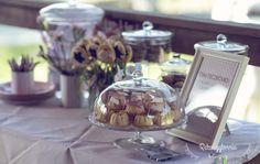 Słodki stół - stacja ciasteczkowo. Cytrynowe babeczki, cake pops, domowe krówki...i wiele innych pyszności.  #rekwizytorniaandcompany #wesele #urodziny #dekoracje #candybar
