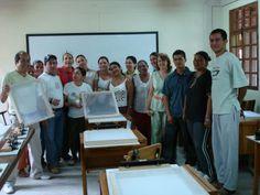 Grupo de estudiantes Taller de Estampación llevado a cabo en la ede Magdalena Medio con artistas y comunidad de la región. en el 2004