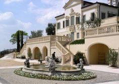 Ville classiche di lusso - Villa classica con ampia scalinata centrale e fontana.