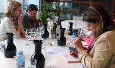 Los cinco periodistas estadounidenses visitaron la sede del Consejo Regulador de la Denominación de Origen Rías Baixas y participaron en una cata de vinos.