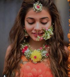 It started with just a maangtikka, but today bridesgo all outto flaunt their floral jewellery pieces at their mehendi or haldi ceremony! And honestly, we're loving this experiment. Flower Jewellery For Mehndi, Flower Jewelry, Fancy Jewellery, Hair Jewelry, Clay Jewelry, Jewelry Art, Jewelry Ideas, Bridal Shoes, Wedding Jewelry