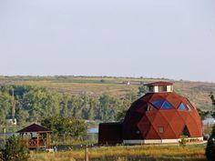 Ter sua própria casa é o sonho de milhões de pessoas ao redor do mundo, mas na maioria dos casos, o dinheiro torna-se um obstáculo que se interpõe entre eles e esse desejo de viver no lugar perfeito. Mesmo assim pessoas sempre encontram soluções criativas para superar esse obstáculo.São pessoas que constroem casas hobbit, casas sobre rodas e até mesmo casasem árvores. O engenheiro romeno Alexander Dinulescu, aprofundou o trabalho do arquiteto americano Buckminster Fuller, conhecido como o…