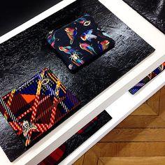 Imprimés et BVI (Bébêtes Volantes Identifiées) sur les pochettes @essentieltweets  #essentiel #essentieltweets #clutch #fashion #pressoffice