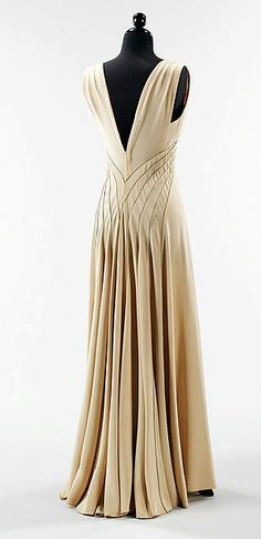 Vintage Clothes Hawes 'Diamond Horseshoe' Gown - back - 1936 - by Elizabeth Hawes (American, - Watsonette 1930s Fashion, Moda Fashion, Vintage Fashion, Womens Fashion, Fashion Goth, Victorian Fashion, Fashion Quiz, 50 Fashion, Vintage Vogue