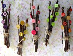 Este é um projeto de artesanato muito simples e que requer apenas alguns ramos secos, prendedores de roupa, barbante, botões, imã e pistola de cola quente. Corte os ramos, junte quatro ou cinco e amarre com o cordão, use cola quente para fixar os botões e em seguida cole cada maço de ramos em um prendedor de roupa, depois que esfriar adicione o imã na parte traseira e tá pront