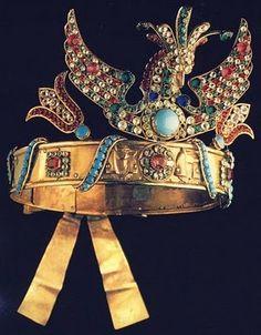 Los tocados podían llevar el disco solar, las alas protectoras del halcón o el buitre sagrado, las plumas reales o la cobra rea