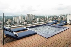 Reforma - Cobertura Vila Madalena são Paulo | Ideias Arquitetos Roof Terrace Design, Rooftop Pool, Small Pools, Terrazzo, Sun Lounger, Townhouse, Backyard, House Design, Outdoor Decor