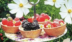 Upečte vo formičkách: Ovocné košíčky s pudingovým krémom | DobreJedlo.sk