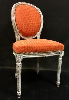 Chaise médaillon style Louis XVI Réalisation traditionnelle en crin végétal et crin animal. Création Les Carrés de Constance.