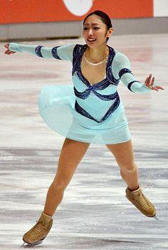 フィギュアスケートの国際大会、ゴールデンスピンは2013年12月6日、ザグレブで女子ショートプログラム(SP)が行われ、出産を経て3季ぶりに復帰した安藤美姫(新横浜プリンスク)は復帰5戦目で今季のSP自己最高の62.81点で2位につけた。今季初戦に臨んだバンクーバー五輪金メダリストの金妍児(韓国)が73.37点で首位に立った。  写真は、復帰5戦目のSPで演技する安藤美姫 【時事通信社】