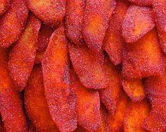 MANGO ENCHILADO: INGREDIENTES: 1 kg de mangos maduros y macizos (bien lavados y pelados) 1/2 taza de jugo de limón 1/2 tazas de azúcar morena 1/2 taza de chile Tajín en polvo PREPARACION: hacer gajos con el mango que queden delgados poner en una bandeja de horno con poco aceite de oliva para que no se pegue, aparte agrega el limon, el azucar y el chile cuando este todo bien incorporado ( de ser necesario agregar un poco de agua), agrega esta mezcla de chile encima de los gajos ...