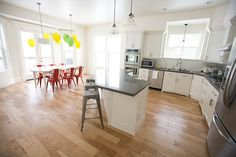 68 Ideas for kitchen modern red chairs Art Deco Kitchen, Kitchen Room Design, Big Kitchen, Modern Kitchen Design, Kitchen Layout, Kitchen Colors, Country Kitchen, Kitchen Bar Lights, Black Kitchens