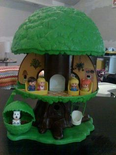 This was one of my favorite toys when I was a kid!One of my favorites! Fisher Price Little People Tree house Still have at my grandmas! My Childhood Memories, Childhood Toys, Sweet Memories, Jouets Fisher Price, Cadeau Parents, Fisher Price Baby Toys, Vintage Fisher Price, Retro Toys, Vintage Toys 1970s