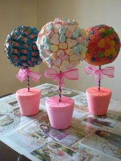 Manualidades y mucho mas : topiarios dulces ideas Decoration Communion, Fete Emma, Candy Trees, Candy Topiary, Sweet Trees, Chocolate Bouquet, Candy Bouquet, Candy Party, Unicorn Birthday