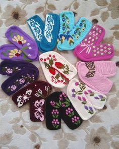 kankalar örüyor (@kankalar_oruyor) | Instagram photos and videos Crochet Shoes, Crochet Slippers, Baby Knitting, Crochet Baby, Crochet Cactus, Socks And Sandals, Cross Stitch Borders, Slipper Socks, Knit Patterns