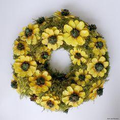 Pine Cone Art, Pine Cone Crafts, Wreath Crafts, Pine Cones, Spring Door Wreaths, Holiday Wreaths, Wood Flowers, Fabric Flowers, Creative Flower Arrangements