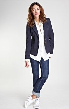 Associer un blazer bleu marine avec un jean skinny bleu marine est une option co… Pairing a navy blazer with navy skinny jeans is a comfortable option for running errands in the city. A pair of white low top sneakers will contrast the rest of the look. Blazer Outfits Casual, Blazer Outfits For Women, Smart Casual Outfit, Outfit Jeans, Work Casual, Casual Chic, Women Blazer, Dress Casual, Casual Fridays