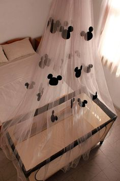 DIY Mickey Mouse Mosquito net love must do :) Baby Mickey, Minnie Mouse Baby Room, Disney Mickey, Baby Boy Rooms, Baby Boy Nurseries, Baby Cribs, Casa Disney, Disney Babys, Disney Bedrooms