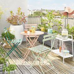 Un coin bucolique sur le balcon avec des chaises style bistro aux balle couleur pastel pour un air de printemps toute l'année #transat #maisonbleue #outdoor #jardin #terrasse #patio #balcon #tendancedeco #chaisebistro