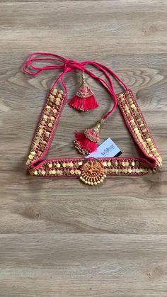 Saree Kuchu Designs, Wedding Saree Blouse Designs, Saree Blouse Neck Designs, Fancy Blouse Designs, Saree With Belt, Saree Belt, Fabric Jewelry, Beaded Jewelry, Embroidery Neck Designs