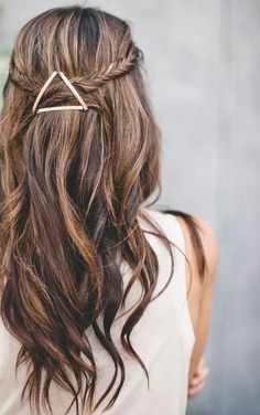 This wavy hair do with side braids is so chic! Love the triangle pins.