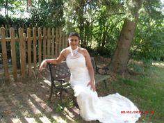 Robe de mariée d'occasion faite sur mesure couleur crème et dentelle