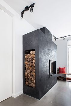 Black concrete fireplace warms ski lodge in Quebec Cabin Fireplace, Fireplace Bookshelves, Fireplace Garden, Fireplace Built Ins, Shiplap Fireplace, Concrete Fireplace, Farmhouse Fireplace, Fireplace Remodel, Fireplace Design