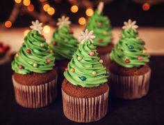Briose de ciocolata decorate cu braduti de Craciun