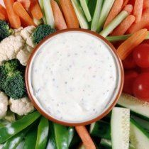 El aderezo ranch es un aderezo que se utiliza mucho en recetas de cocina americana. Este aderezo acompaña muy bien verduras gracias a su textura cremosa.
