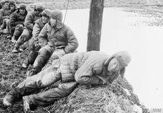 THE KOREAN WAR 1950 - 1953 - 글로스터셔 연대 제1대대에 붙잡힌 중공군 포로들.