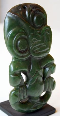 New Zealand | Maori Hei Tiki pendant | Greenstone | 17th - 10th century | Price on request Shell Jewelry, Tribal Jewelry, Jewelry Art, Jewellery, Polynesian Art, Maori Designs, Maori Art, Kiwiana, Sculptures