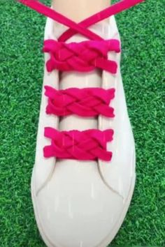 Cool and funny ways to decorate your shoes! Ways To Lace Shoes, How To Tie Shoes, Your Shoes, How To Lace Vans, Diy Crafts Hacks, Diy Crafts To Sell, Diy Clothes And Shoes, Diy Fashion Hacks, Creative Shoes