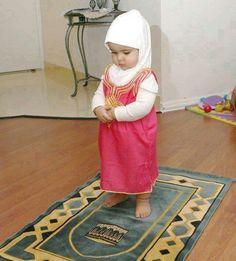 Lil girl doing shalat, Subhanallah :)