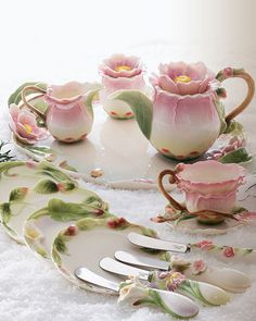 with beautiful tea china! And the best of company to share it with ♥ This is the prettiest vintage tea set ever ! Teapots And Cups, Tea Service, My Cup Of Tea, Chocolate Pots, Tea Cup Saucer, High Tea, Afternoon Tea, Tea Time, Tea Pots