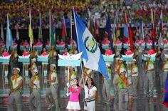Abanderada de Guatemala atleta Isabel Brand de Pentatlon Moderno.