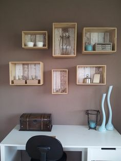 Met eenvoudige triplex kistjes in verschillende maten maak je snel een mooi opbergsysteem aan de muur. Op de bodem van ieder kistje hebben we een stukje behang geplakt.