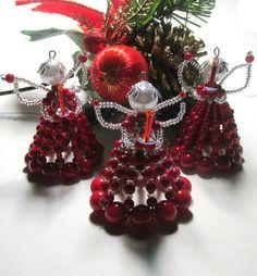 Vánoční andělíček. Andělíček vyrobený s korálků, drátku a ketlovacích jehel.Výška cca 6 x 5cm .Krásná dekorace nebo drobný dáreček pro přátele.