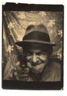 Man with a gun in a Photo Booth. Vintage Pictures, Old Pictures, Vintage Images, Old Photos, Vintage Magazine, Vintage Photo Booths, Photos Booth, Bizarre, Illustrations