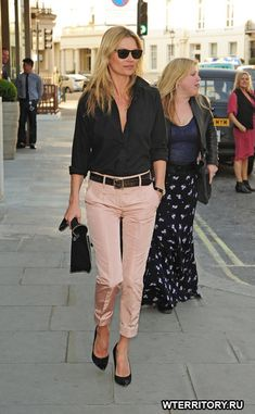 Kate Moss Photos - Kate Moss seen arriving at HIX restaurant in London. - Kate Moss at the HIX Restaurant in London Casual Work Outfits, Mode Outfits, Work Casual, Casual Chic, Outfit Work, Casual Work Clothes, Casual Fridays, Casual Office, Stylish Office